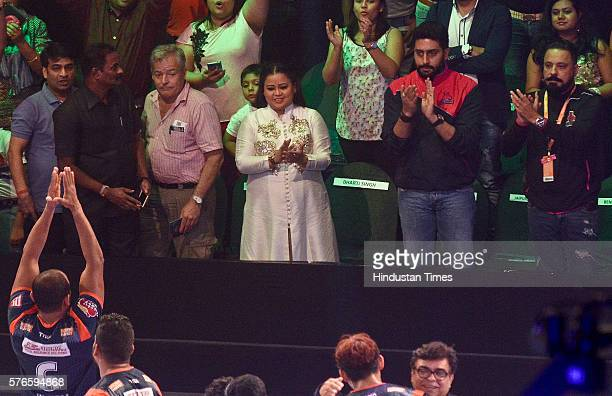 Bollywood actor Abhishek Bachchan and comedian Bharti Singh cheer during Pro Kabaddi League Season 4 match between Jaipur Pink Panthers vs Bengal...
