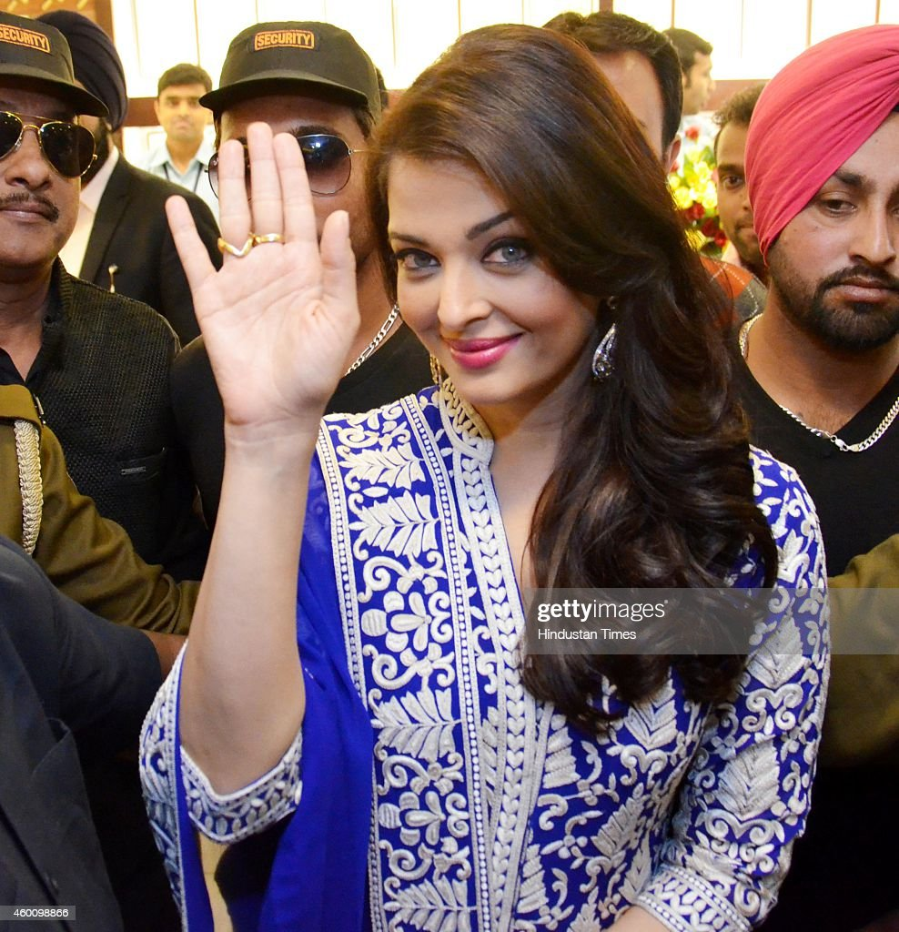 bollywood actor aishwarya rai bachchan inaugurates kalyan jewellers