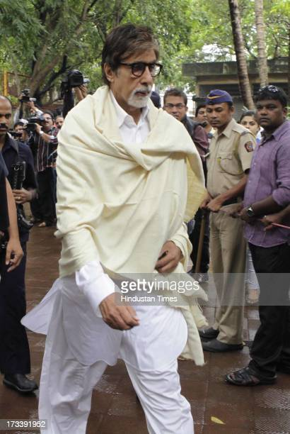 Bollywood actor Amitabh Bachchan arrives to pay his last respects to Bollywood actor Pran during the cremation at Shivaji Park Crematorium Dadar on...