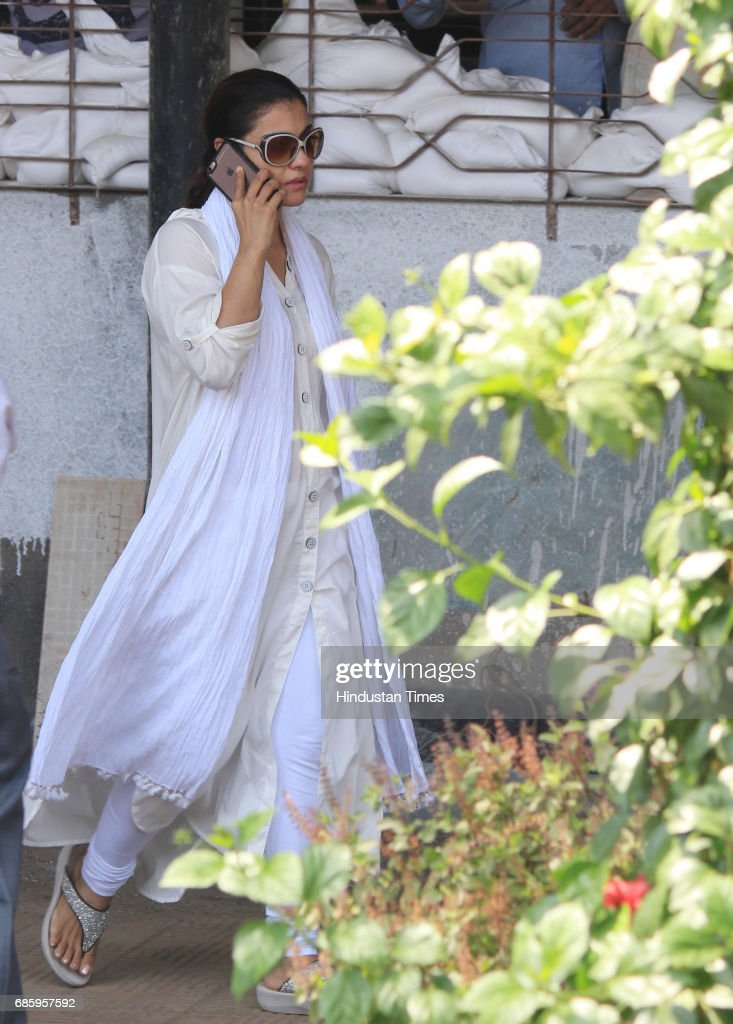 Bollywood actor Kajol arrives to attend the funeral of Bollywood actor Reema Laagu at Oshiwara crematorium on May 18 2017 in Mumbai India Ms Lagoo...