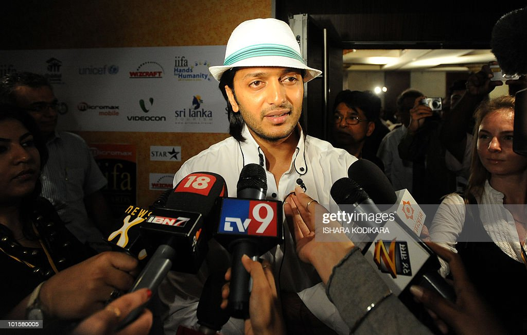 Bollywood actor Ritesh Deshmukh talks to reporters in Colombo on June 3, 2010. Deshmukh is in Sri Lanka to attend the three-day International Indian Film Academy (IIFA) awards that begins in Colombo on Thursday. AFP PHOTO/ Ishara S