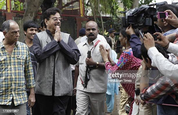 Bollywood actor Shatrughan Sinha arrives to pay his last respects to Bollywood actor Pran during the cremation at Shivaji Park Crematorium Dadar on...