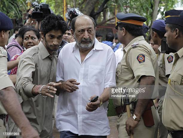 Bollywood actor Tinu Anand arrives to pay his last respects to Bollywood actor Pran during the cremation at Shivaji Park Crematorium Dadar on July 13...