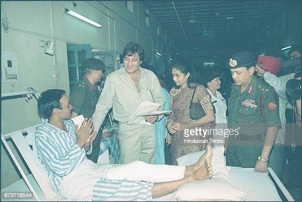 Bollywood actor Vinod Khanna along with injured soldiers at Army Hospital on July 7 1999 in New Delhi India Veteran actor and sitting BJP MP Vinod...