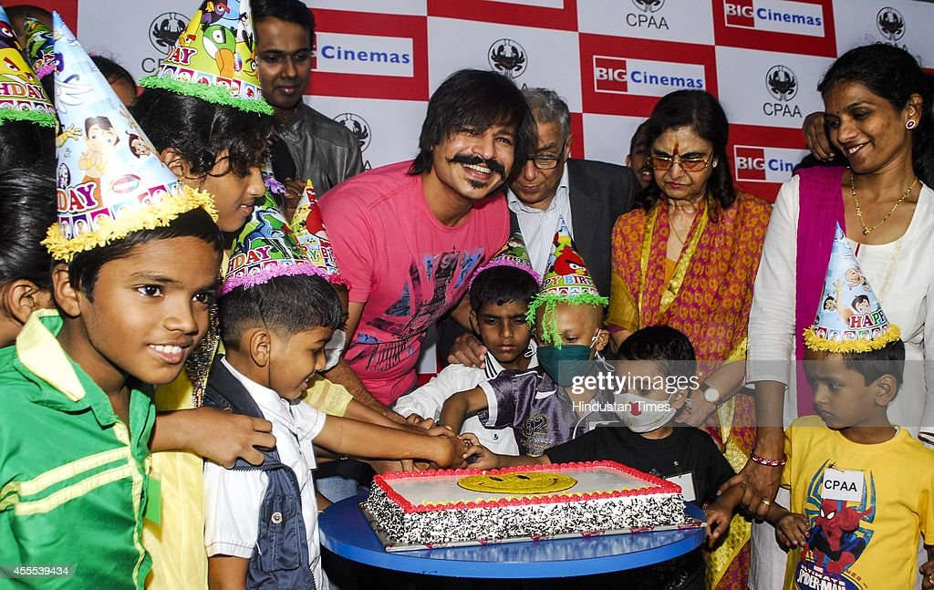 Bollywood actor Vivek Oberoi celebrated his birthday with Cancer Patients in the presence of YK Sapru and Rekha Sapru of Cancer Patients Aid...
