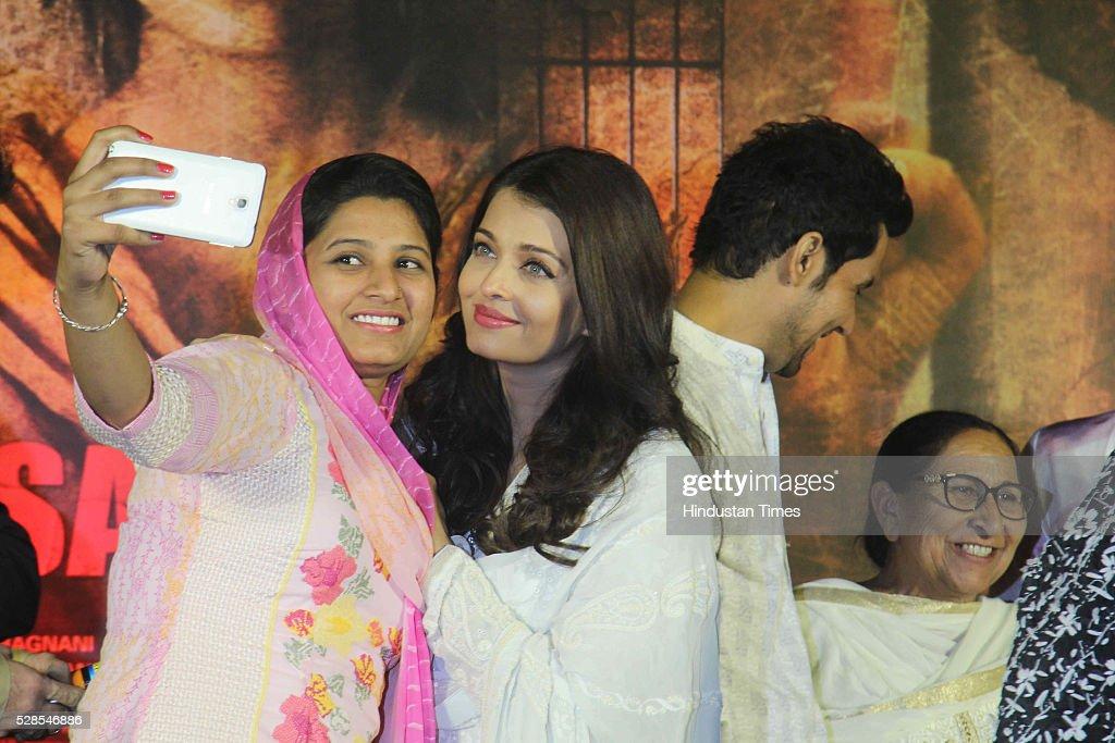 Bollywood actors Aishwarya Rai Bachchan and Randeep Hooda with Sarabjit Singh`s sister Dalbir Kaur and daughter Poonam Kaur during the 3rd death...