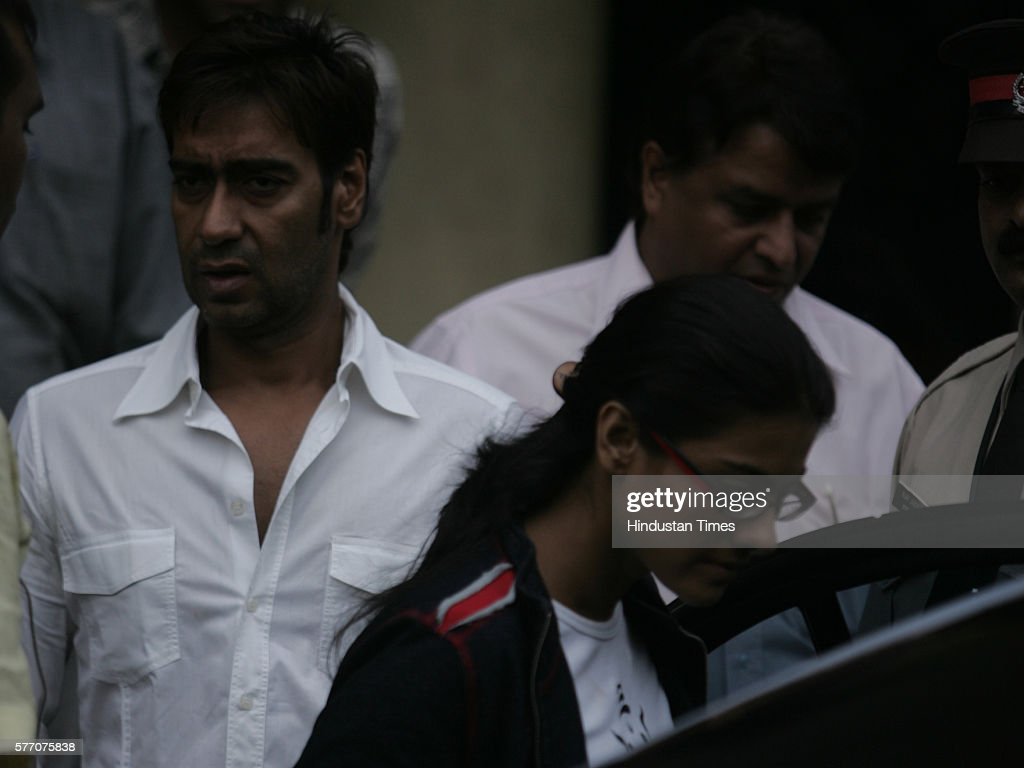 Bollywood actors Ajay Devgan and Kajol leave after meeting Amitabh Bachchan at Lilavati Hospital