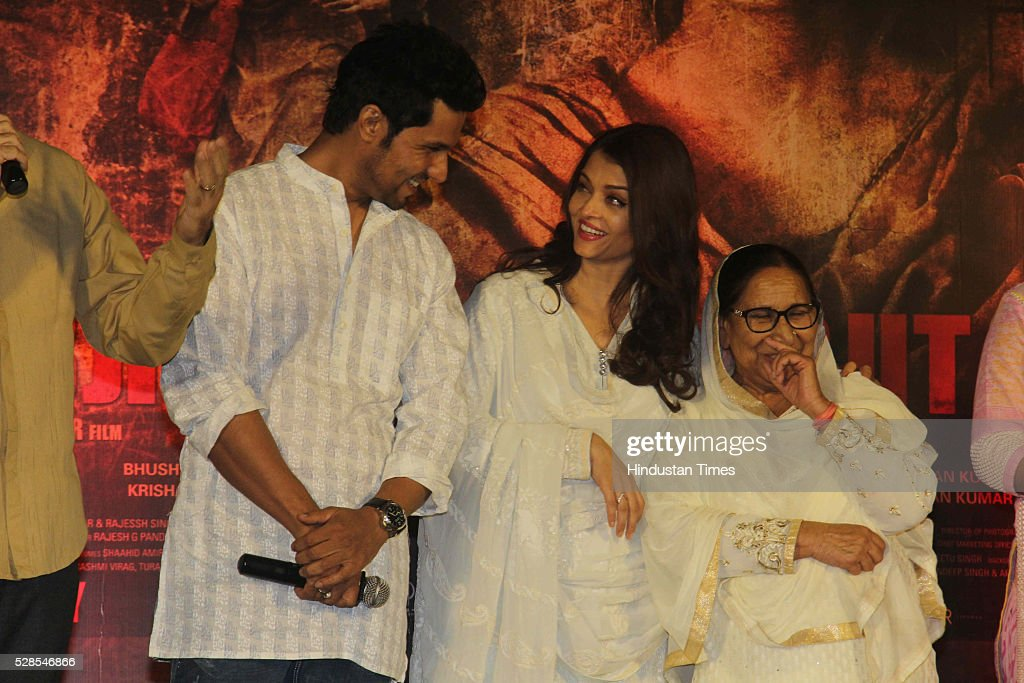 Bollywood actors Randeep Hooda and Aishwarya Rai Bachchan with Sarabjit Singh's sister Dalbir Kaur pay homage during the 3rd death anniversary of.