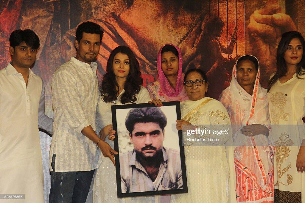Bollywood director Omung Kumar actors Randeep Hooda and Aishwarya Rai Bachchan with Sarabjit Singh`s sister Dalbir Kaur daughter Poonam Kaur and wife.