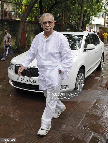 Bollywood lyricist Gulzar arrives to pay his last respects to Bollywood actor Pran during the cremation at Shivaji Park Crematorium Dadar on July 13...
