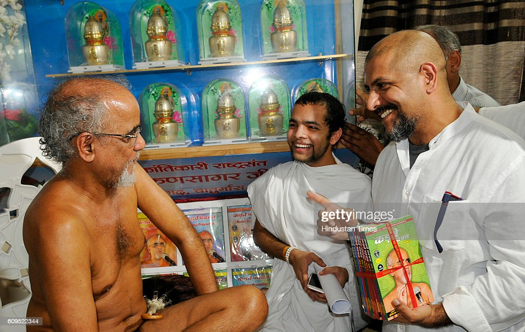 Bollywood musician Vishal Dadlani meeting with Jain Muni Tarun Sagar Ji Maharaj to seek apology for derogatory comments on Jain Muni for hurting...