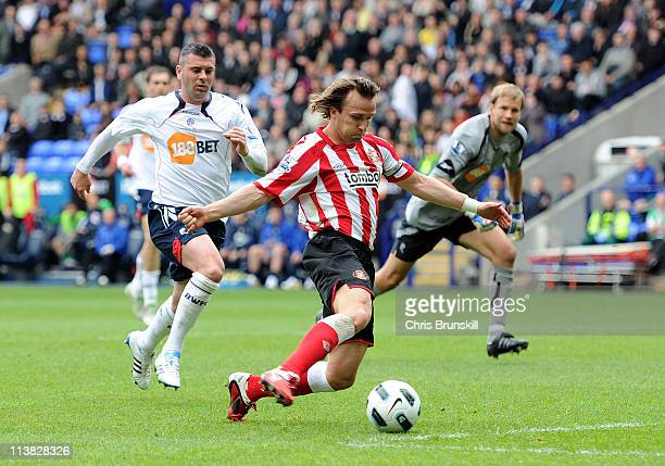 Bolo Zenden of Sunderland scores the opening goal during the Barclays Premier League match between Bolton Wanderers and Sunderland at Reebok Stadium...