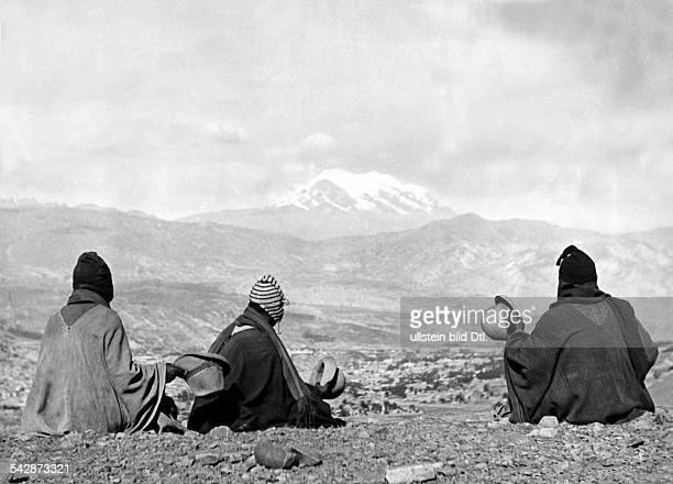 Boloivien: , Indios : Feste/Rituale: Drei Aymara - Indios bei einer Rast im Altiplano.I.H. Der heilige Berg Illimani, der ehrfuchtsvollgegrüsst wird....