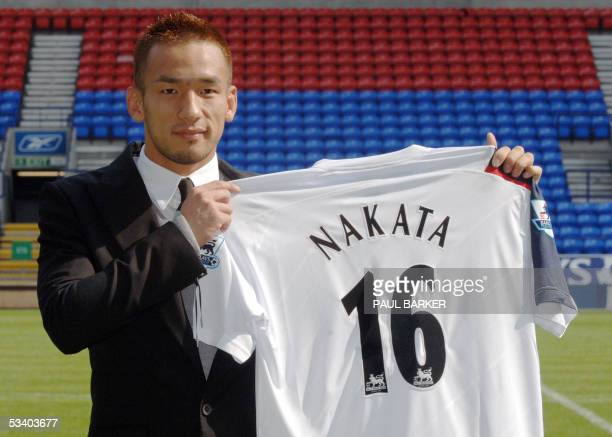 Bolton, UNITED KINGDOM: Bolton Wanderers latest recruit, Japanese Hidetoshi Nakata, presents 18 August 2005 his new jersey at the Reebock stadium in...
