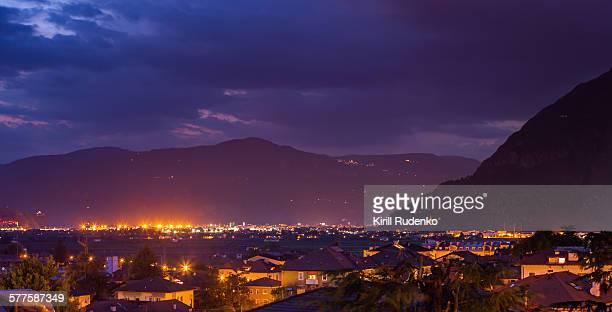 bolzano (bozen) at night - alto adige foto e immagini stock