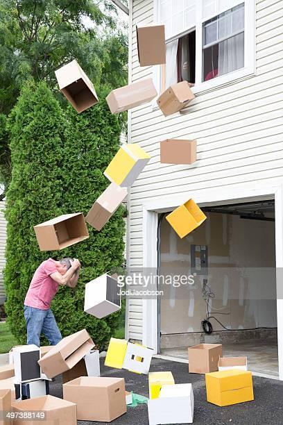 Bombardiert von Kartons auf Bewegung Tag