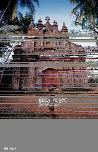 Bombay India En Inde au début des années 60 à Goa un enfant nu devant la première chapelle construite au XVIe siècle par SAINT FRANCOISXAVIER