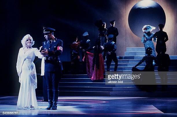 `Bombenstimmung - Eine UFA-Revue'Theater des WestensRegie und Choreographie: Jürg BurthSzene u.a. Mit Angelika Milster- November 1993