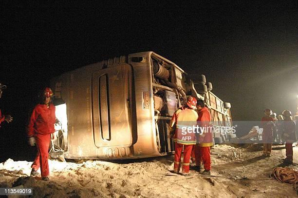 Bomberos efectuan laboras de rescate a pasajeros de un ómnibus que cayó a un abismo a unos 1000 kilómetros al sur de Lima en una peligrosa curva...