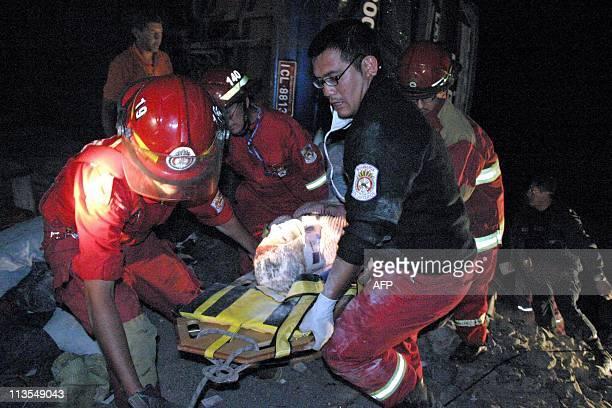 Bomberos evacuan a una victima de un ómnibus que cayó a un abismo en Arequipa a unos 1000 kilómetros al sur de Lima en una peligrosa curva...