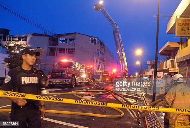 Bomberos y policias trabajan al amanecer del 12 de julio de 2005 frente al estatal hospital Rafael Angel Calderon Guardia en el centro de San Jose...