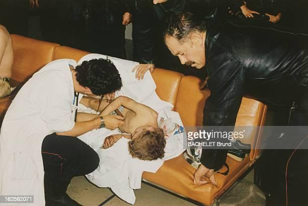 Bombing At Orly Sud Orly 15 juin 1983 Reportage sur l'attentat à la bombe à l'aéroport d'Orly sud Un médecin soignant un enfant nu sur une banquette