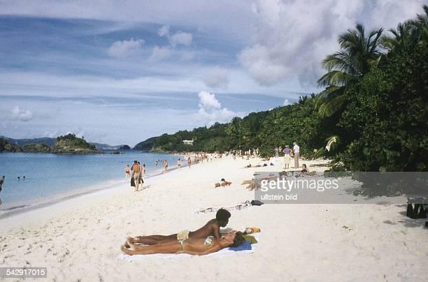 Bonaire Niederländische Antillen.Insel Bonaire, Niederländische Antillen : Ein von üppigem Bewuchs gesäumter Sandstrand lockt zahlreiche Besucher an....