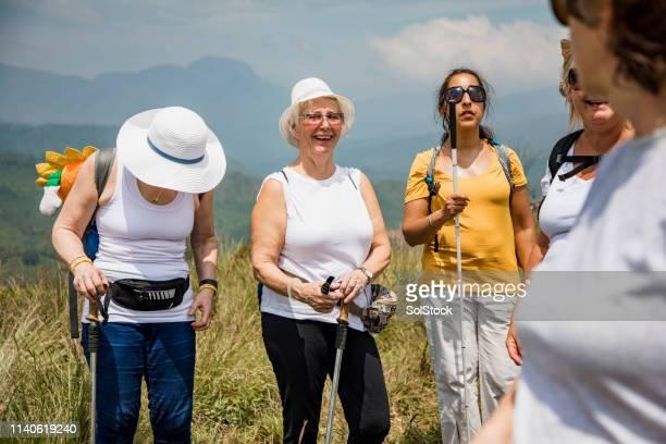 ハイキング中の絆 - 白杖 ストックフォトと画像