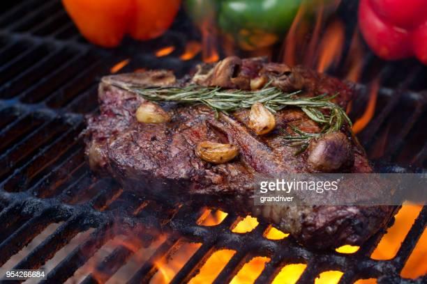 T Bone Steak på en Grill