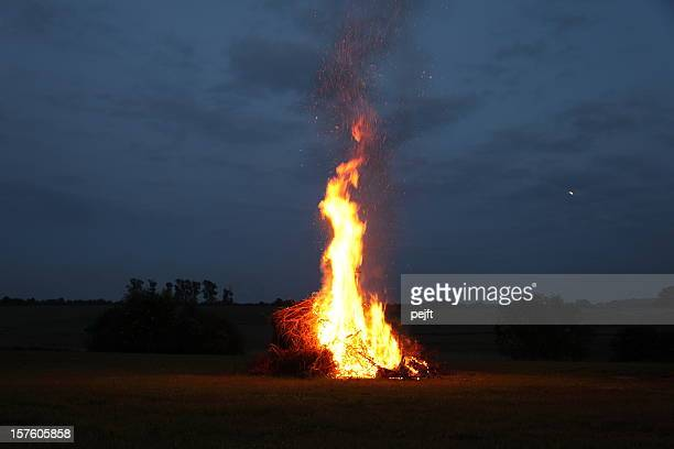 Holzfeuer im midsummer mit Mond in the sky