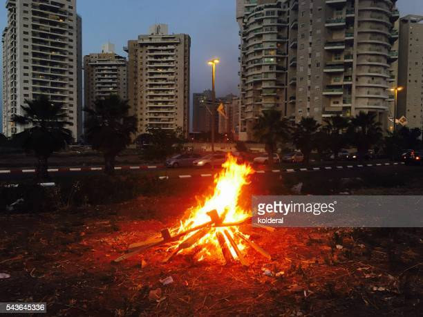 bonfire in the middle of residential neighborhood - lag baomer photos et images de collection