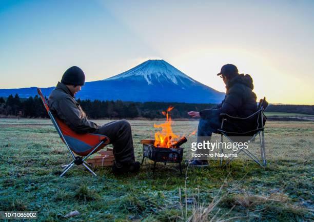 朝の焚き火 - キャンプ ストックフォトと画像