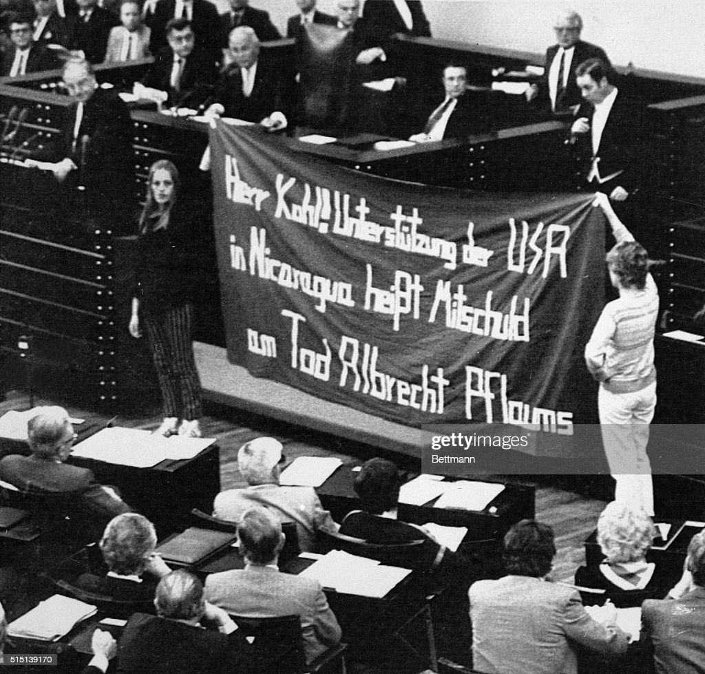 Petra Kelly and Colleague Holding a Banner : Nachrichtenfoto