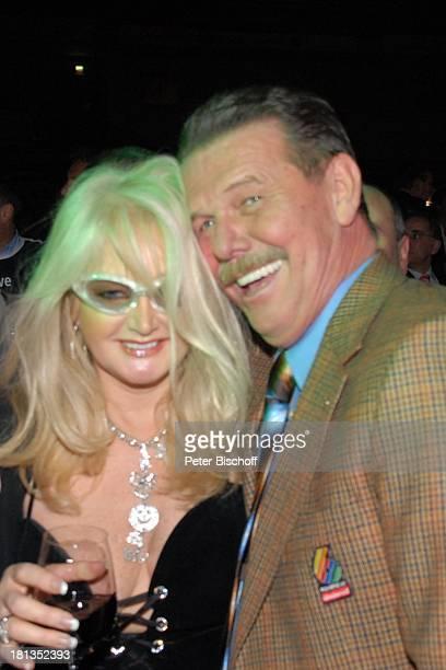 """Bonnie Tyler, Frank Minder , 43. Bremer """"6-Tage-Rennen"""", """"AWD-Dome"""", Bremen, Deutschland, Wein, Glas, lächeln, lachen, Kamera, Brille, Pop-Sängerin,"""