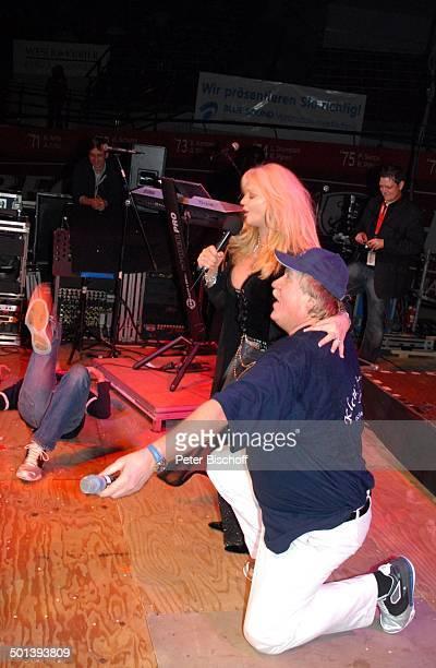 Bonnie Tyler Klaus Baumgart Auftritt als T r i o anläßlich 25 Jahre Klaus und Klaus 43 Bremer 6TageRennen AWDDome Bremen Deutschland Europa...