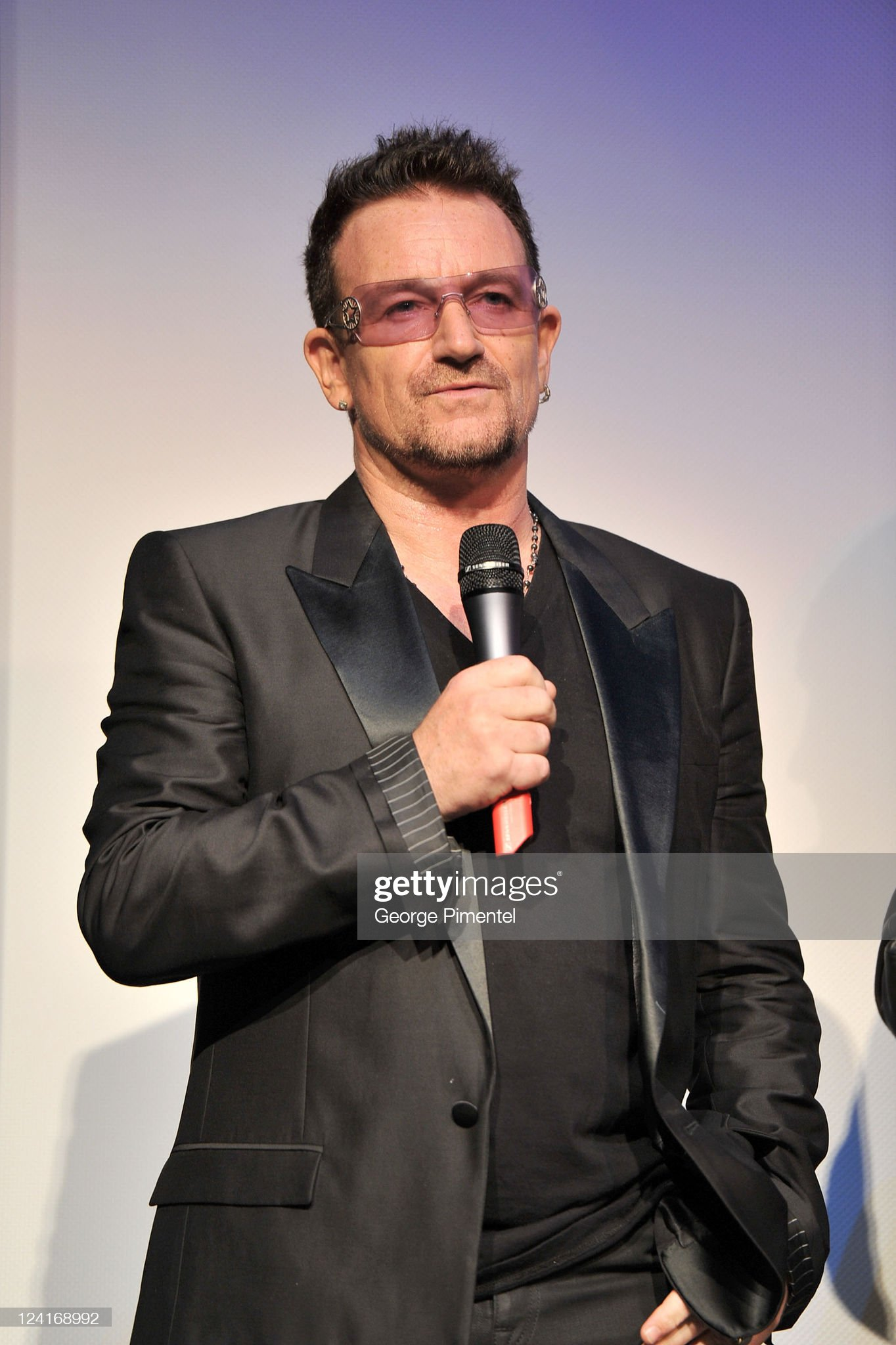 ¿Cuánto mide Bono? (U2) - Altura - Real height Bono-arrives-at-from-the-sky-down-premiere-at-roy-thomson-hall-during-picture-id124168992?s=2048x2048
