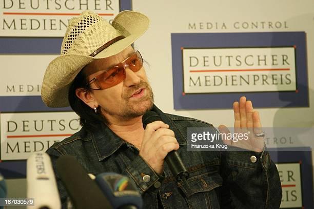 Bono Vox Von Der Band U2 Bei Pk Zur Verleihung Des Deutschen Medienpreis Im Kurhaus In Baden-Baden .