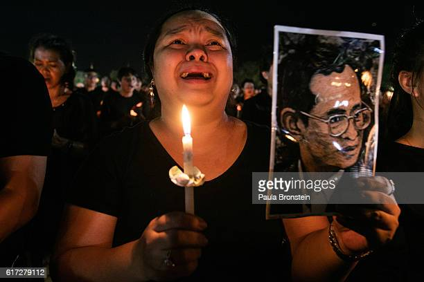 Bonskot Chaisuwan cries as she joins everyone in singing the Royal anthem on October 22 2016 in Bangkok Thailand Tens of thousands attended the...