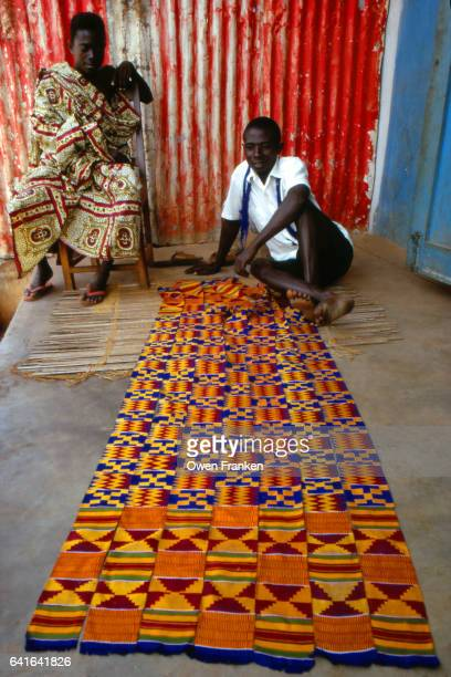 bonwire, ghana - two kente cloth weavers - kente fotografías e imágenes de stock
