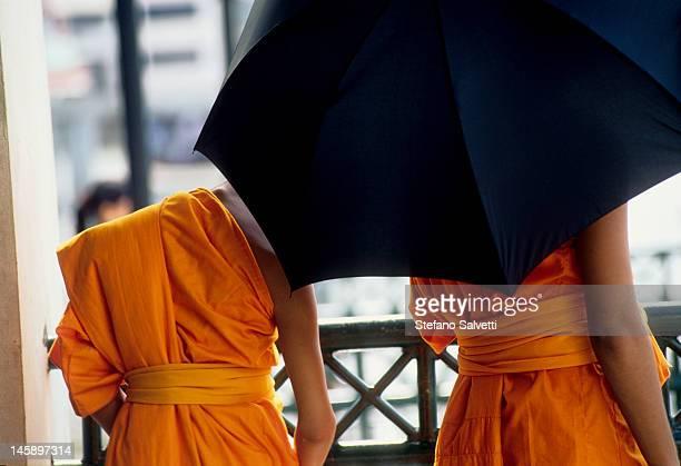 Bonzi con ombrello a Bangkok