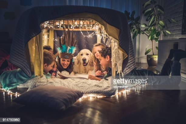 Livre de lecture dans une tente à la maison!