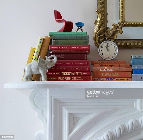 books on a mantel - consolo de lareira - fotografias e filmes do acervo