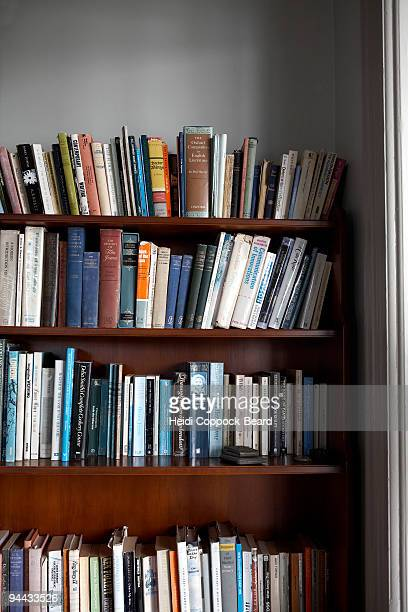 books on bookshelf - heidi coppock beard photos et images de collection