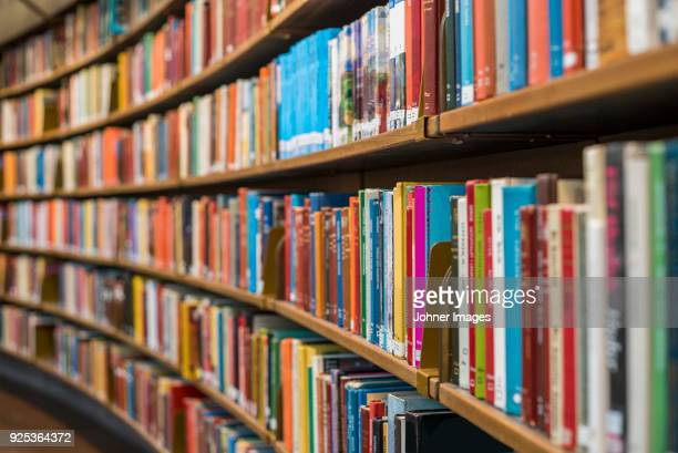 books on bookshelves - boek stockfoto's en -beelden