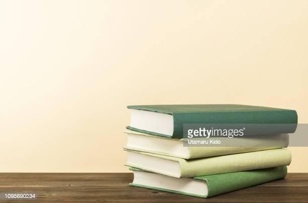 books. - stapel stockfoto's en -beelden
