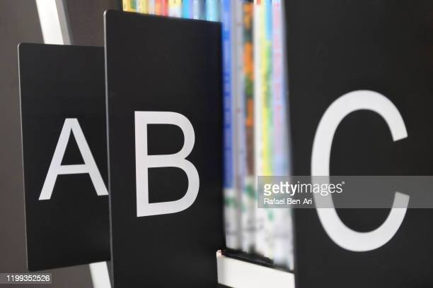 bookshelf organized by alphabetical order - rafael ben ari bildbanksfoton och bilder