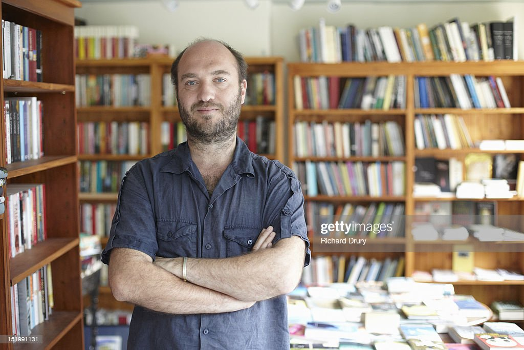 Bookshop owner in his shop : Stockfoto