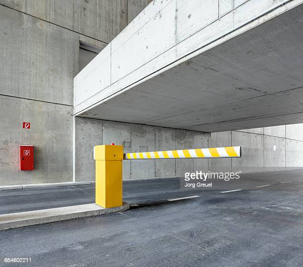 boom barrier in car park - obstruir - fotografias e filmes do acervo