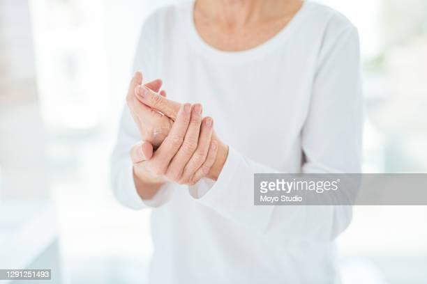 het verhogen van vochtniveaus en elasticiteit van de huid op haar handen - handcrème stockfoto's en -beelden