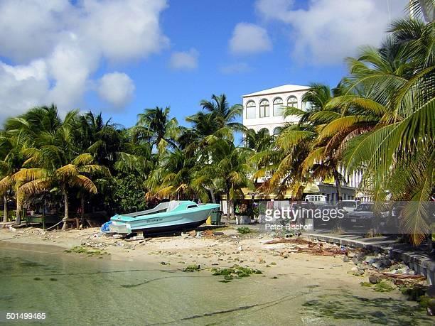 Boot am dreckigen Strand, Philippsburg, Insel St. Marten, Niederländischen Antillen, Karibik, Dreck, Müll, Reise BB, CD; P.-Nr.: 068/2007, ;